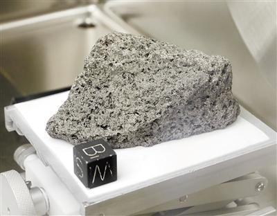 阿波羅17號收集的一塊35億年前的玄武巖樣本,它被用來制作贈予世界各國的禮品。