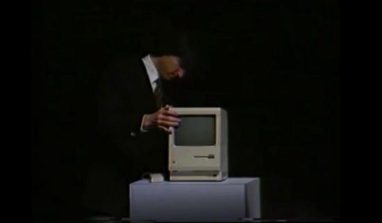 1985 年,乔布斯在发布会上展示 Macintosh|网络