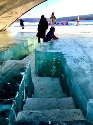 莲花湖中出现冰泡(图片来源:黑龙江日报)