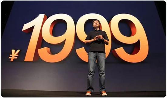 2011年8月16日,小米第一次新品发布会在北京798召开。雷军在台上发布了小米1代手机,其旗舰级的配置和性能,以及仅相当于当年市场上主流手机一半价格的定价1999元,当即引爆市场。