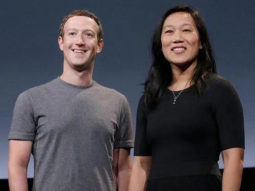 扎克伯格(左)与妻子