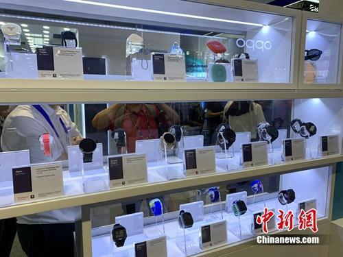 资料图:5G终端产品展示。中新网 吴涛 摄