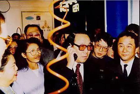 时任邮电部部长吴基传打通了中国第一个GSM电话