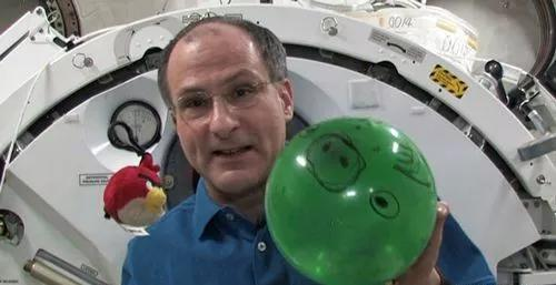 Pettit用死路怒的幼鸟气球演示微重力