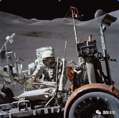 月球车的轮胎上有一层金属丝网,以利于在月球低引力和浮土表面行驶,月球车后面盛放采样工具
