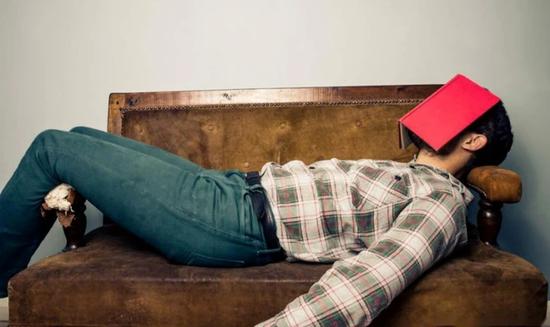 微躺青年:躺平之外的另一种选择