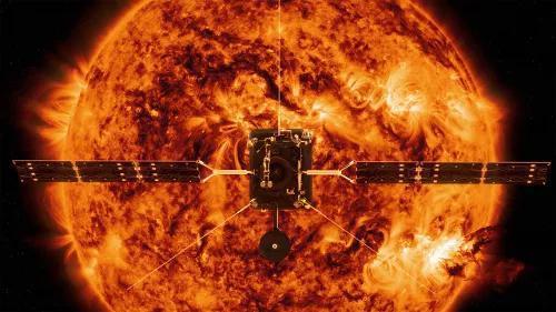 在日面前方飞翔的太阳轨迹器。