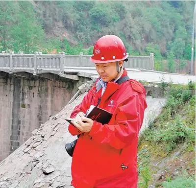 芦山地震后,崔鹏在灾区勘察。(图片来源:中科院之声)