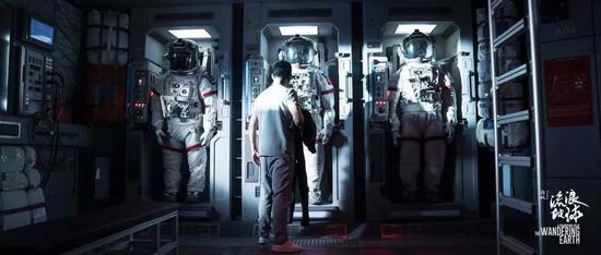 (电影剧照,宇航员工作的太空站由AI系统进行日常管理)