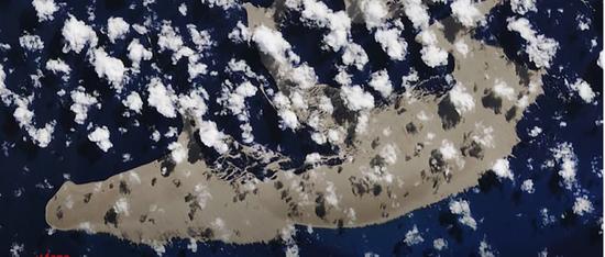 卫星拍摄到汤加群岛附近的浮石筏 | 图源:NASA