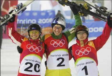 卡普林(左一)冬奥会自由滑雪季军颁奖(图片来源:新浪体育)