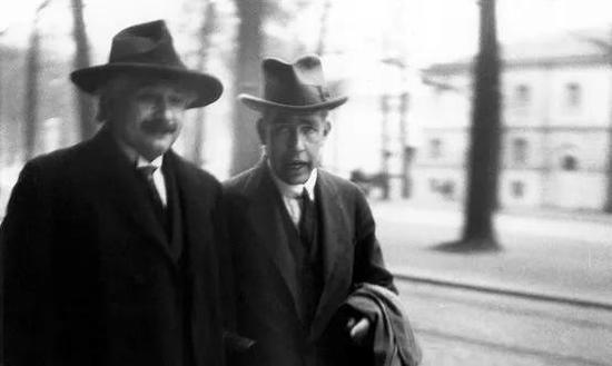 喜欢因斯坦和波尔参添1927年第五届索尔维会议时的照片