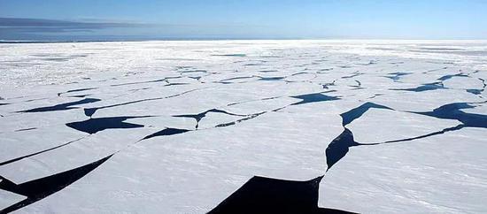 破碎的南极海冰。在南极,海冰更具有季节性。 图虫创意