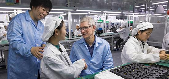 ▲2017年12月苹果CEO库克拜访立讯精密昆山工厂,董事长王来春陪同