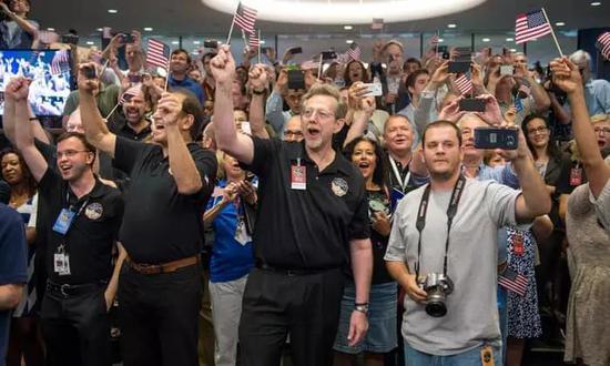 2015 年 7 月,新视野号团队的做事人员在它挨近冥王星比来不悦目察点时最先倒计时。现在,新视野号已经向宇宙深处又推进了 16 亿公里。图片来源:Bill Ingalls / AP