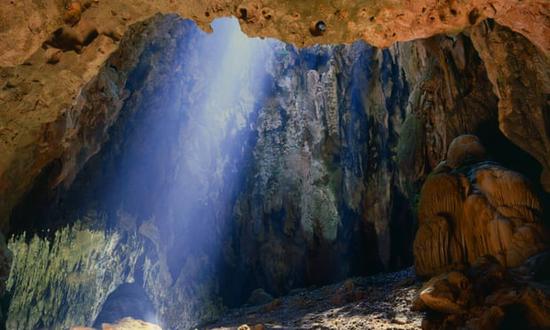 被发现古人类化石的卡亚俄洞穴 图源:《卫报》