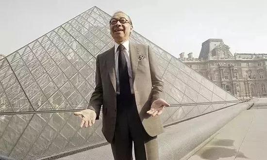 △贝聿铭在设计的金字塔前