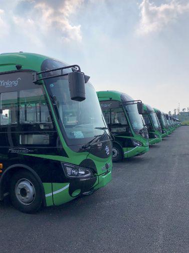 等待交付给成都公交的6.8米银隆新能源车,后者又新增了1500辆车的订单。来源:被访者供图