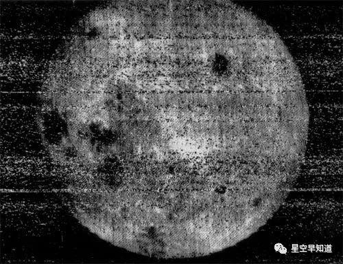 """1959年,人类首次远远一窥月球背面的模样。图像由苏联""""月球3号""""拍摄 来源:wiki"""