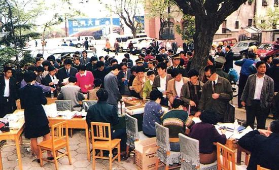 1997年邮电优惠装机放号5万部,市民踊跃列队申请。/青岛邮电博物馆