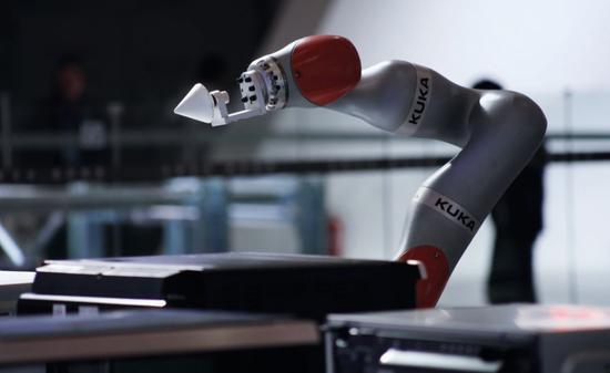 KUKA的智能机械臂。图/IC
