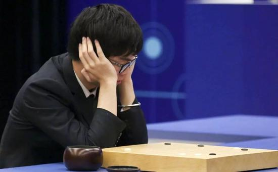 年轻的围棋国手柯洁与人造智能阿尔法狗对弈
