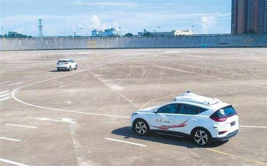 8月25日,海南省首张智能汽车道路测试牌照授牌仪式在海南热带汽车试验有限公司(海南试验场)举行。图为自动驾驶汽车在指定路线上进行道路测试。记者 袁琛 摄