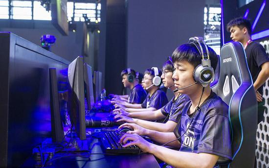 8月2日,今年的ChinaJoy上,竞技比赛的游戏爱好者,集中精神打网络游戏(网游)。 图/视觉中国