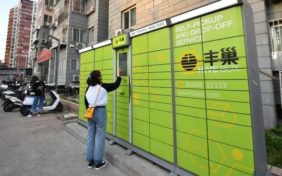 5月10日,东四环某小区,居民在丰巢快件箱取快递。新京报记者 李木易 摄