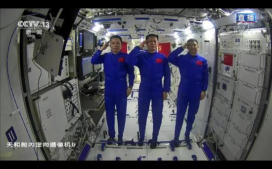 3名航天员在太空向全国人民敬礼。图片来源:央视新闻