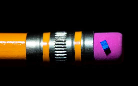 这张照片展示了英特尔在铅笔橡皮上新的量子计算芯片