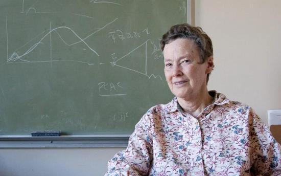 """海伦·奎恩在70年代提出了假想的""""轴子场""""(图片来源:Nicholas Bock/SLAC National Accelerator Laboratory)"""