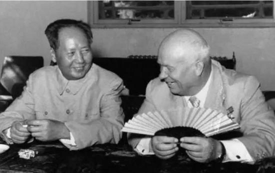 毛泽东(左)与赫鲁晓夫(右)