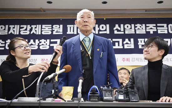 去年12月,韓國最高法院判決新日鐵住金(日本鋼鐵公司)向二戰期間被強征的4名韓國勞工每人賠償1億韓元(約合61萬元人民幣)。圖/視覺中國