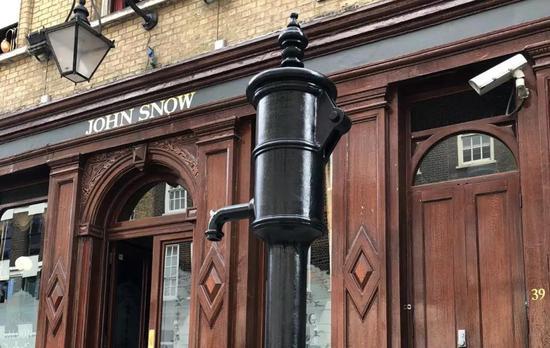 伦敦苏豪区的John Snow酒吧和水泵雕塑