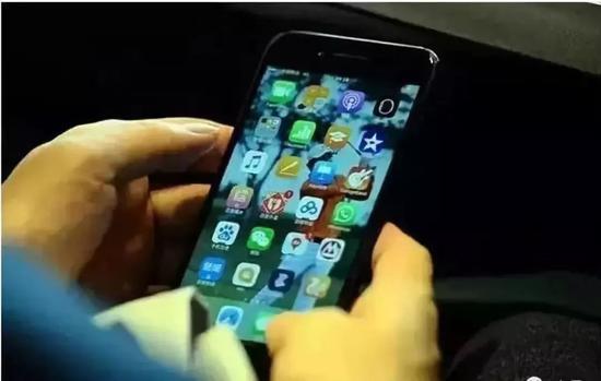 网上曾流传着李彦宏的手机界面,也装着百度全家桶。