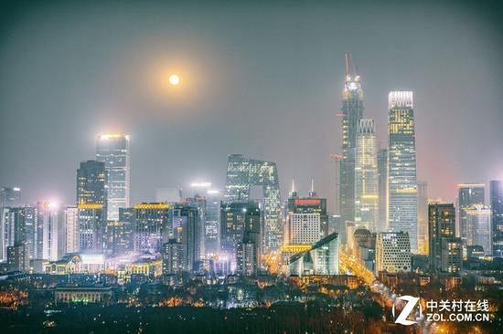 本次月全食觀測條件好,在城市中也能看的清楚(請忽略照片中的霧霾)