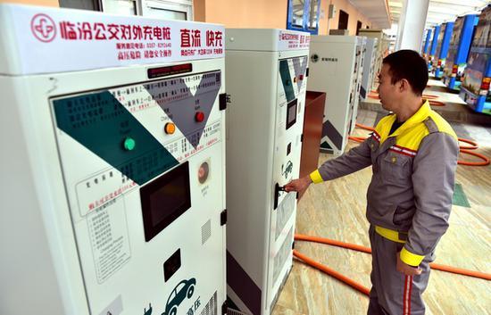 截至2020年6月终,吾国新能源汽车充电桩保有量共132.1万台。摄影/章轲