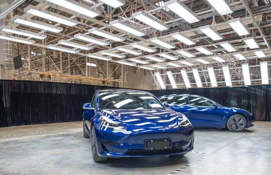 临港工厂首批下线的特斯拉汽车 孟雨涵 摄