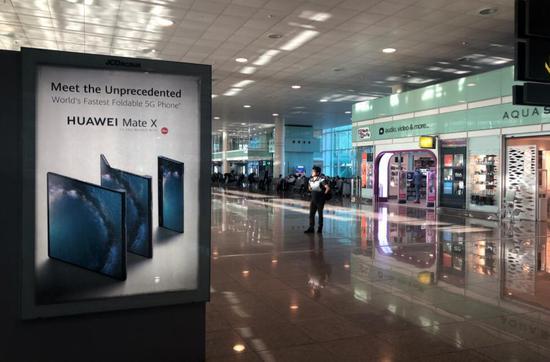 巴塞罗那机场的大幅华为折叠屏5G手机广告