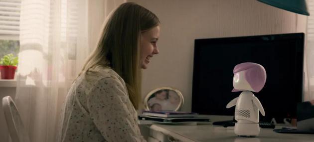 《黑镜》第五季中,少女偶像Ashley利用智能公仔,在粉丝的帮助下实现了意识逃脱。