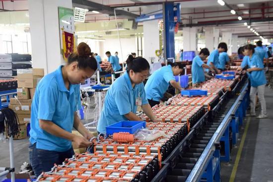 某工厂工人组装新能源汽车动力电池(资料图,图片来源:视觉中国)