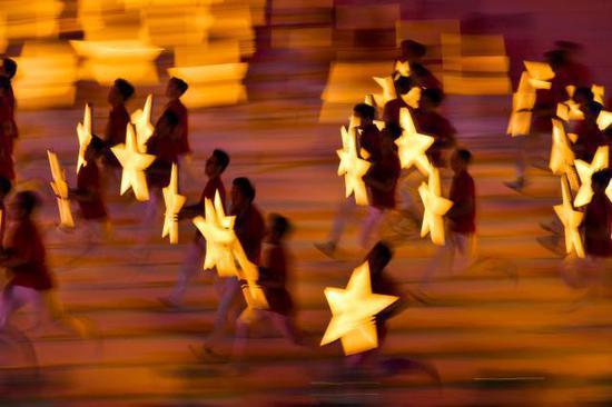 """8月8日,演员在开幕式上表演。当日,第二届全国青年运动会开幕式在山西省太原市山西体育中心""""红灯笼""""体育场举行。新华社记者许畅摄"""