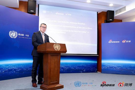 20日,联合国驻华机构与新浪网、微博战略合作签约仪式上,新浪高级副总裁邓庆旭发表致辞。