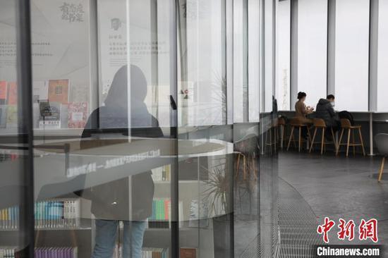 """资料图:上海""""最高书店""""复业首日,吸引不少读者前来读书。张亨伟 摄"""