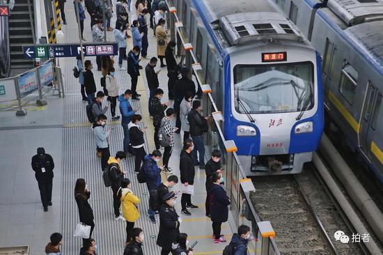 3月24日,西二旗地铁站,站内乘客自觉保持一定距离排队候车。