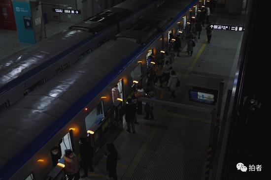 △3月6日,西二旗地铁站,晚高峰时段的乘客不多。