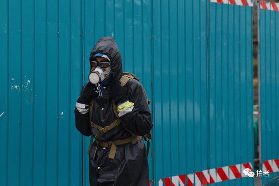 """△3月9日,西二旗大街,""""全副武装""""的上班族。"""