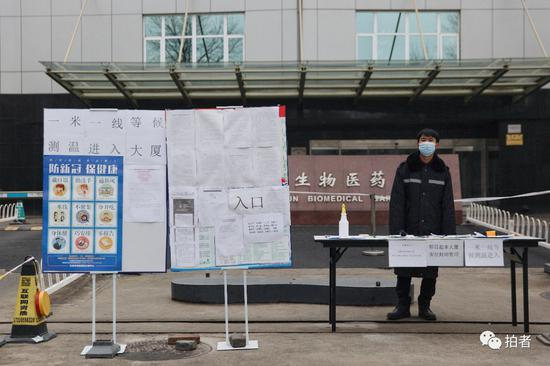 3月9日,上地八街,写字楼外的防疫安保人员。