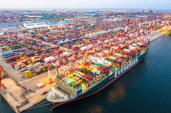 9月,山东港口青岛港前湾集装箱码头,每天有大量商品发往全球各地 | 视觉中国